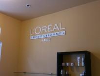 Uzņēmuma logo pie sienas